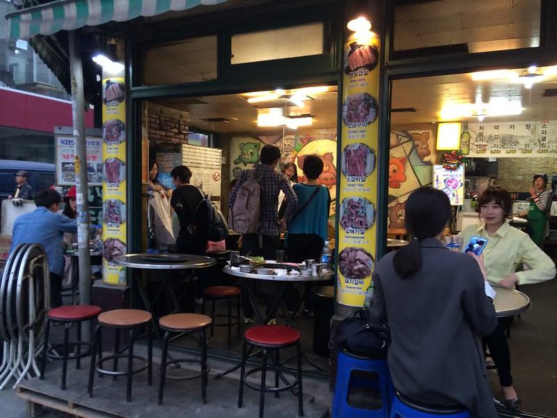【韓國・美食】 弘大散步不能錯過的40年老店!用石頭烤的燒肉⎮돼지저금통小豬存錢筒